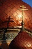 Croix d'or sur la vieille église photographie stock