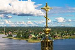 Croix d'or sur le dôme principal de la cathédrale d'épiphanie, monastère de Nilov, région de Tver Images stock