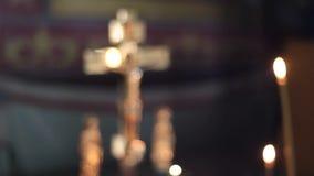 Croix dans l'église banque de vidéos