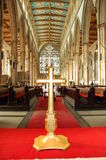 Croix dans l'église image stock