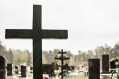 Croix dans le cimetière chrétien images libres de droits