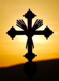 Croix dans le coucher du soleil photographie stock libre de droits