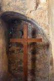 Croix dans le mur en pierre images libres de droits
