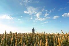 Croix dans un domaine de blé Photos stock