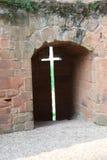 Croix dans un mur sur la ruine antique Image stock