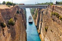 Croix de bateau le canal de Corinthe images stock