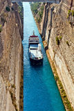 Croix de bateau le canal de Corinthe images libres de droits