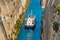 Croix de bateau le canal de Corinthe photographie stock
