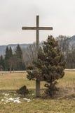 Croix de bord de la route avec un arbre sur un pré pendant l'hiver images libres de droits