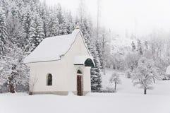 Croix de bord de la route au bord de la forêt en hiver Images stock