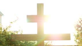 Croix de calvaire de ciel en hausse du Christ et du soleil banque de vidéos