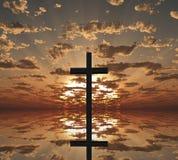 Croix de coucher du soleil ou de lever de soleil Images libres de droits
