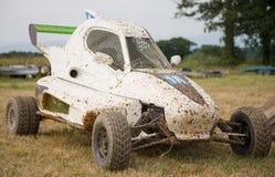 Croix de kart, voiture avec des erreurs outre de route photographie stock