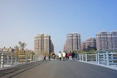 Croix de marche de personnes le pont dans un après-midi de jour ensoleillé Images libres de droits