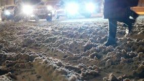 Croix de nuit de neige de route banque de vidéos