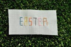 Croix de Pâques piquée sur le textile photo libre de droits