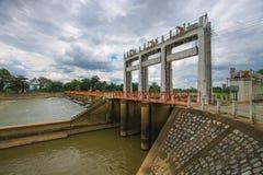 Croix de pont la rivière Images stock