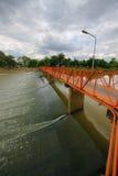 Croix de pont la rivière Photographie stock libre de droits