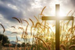 Croix de silhouette à l'arrière-plan de ciel bleu photographie stock