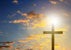 Croix de silhouette à l'arrière-plan de ciel bleu images libres de droits