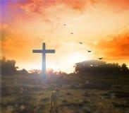 Croix de silhouette sur le fond de coucher du soleil de montagne de calvaire Concept de Pâques Photos libres de droits