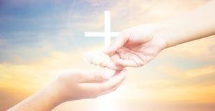 Croix de silhouette sur le fond de coucher du soleil de montagne de calvaire Concept de Pâques Photos stock