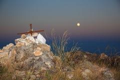 Croix de sommet avec la lune Image libre de droits