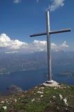 Croix de sommet de montagne avec la vue de lac, Italie Photos libres de droits
