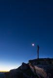 Croix de sommet de montagne la nuit Photo libre de droits