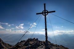 Croix de sommet de montagne avec la vue panoramique photos stock