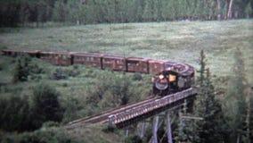 1972 : Croix de train un pont et une POV de l'intérieur de moteur actionné par charbon banque de vidéos