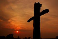 Croix de Vendredi Saint au coucher du soleil Image libre de droits
