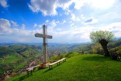 Croix du côté de la montagne photo stock