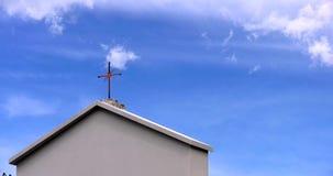 Croix du Christ avec les nuages mobiles banque de vidéos