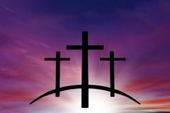 Croix du ` s de Dieu Lumière en ciel foncé Fond de religion photo libre de droits