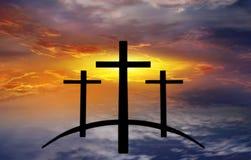 Croix du ` s de Dieu Lumière en ciel foncé Fond de religion images stock