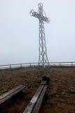 Croix en acier dans la brume et le x28 ; Tarnica, Bieszczady, Poland& x29 ; Photos libres de droits