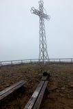 Croix en acier dans la brume (Tarnica, Bieszczady, Pologne) Photo libre de droits