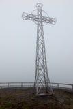 Croix en acier dans la brume (Tarnica, Bieszczady, Pologne) Image stock