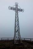 Croix en acier dans la brume (Tarnica, Bieszczady, Pologne) Photographie stock libre de droits