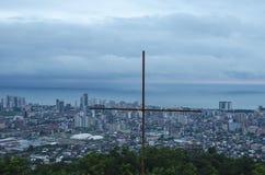 Croix en acier, située sur le point le plus élevé de Batumi, la Géorgie image libre de droits