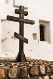 Croix en bois à côté du mur de l'église orthodoxe Image stock