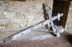 Croix en bois abandonnée antique photos libres de droits