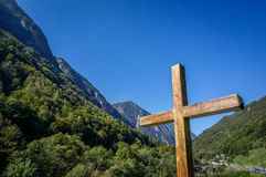 Croix en bois avec la montagne et forêt dans le bleu d'espace libre de fond Image stock