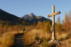 Croix en bois catholique dans le paysage d'automne photographie stock libre de droits