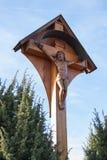 Croix en bois catholique le long de la route Photo stock