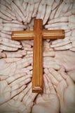 Croix en bois dans les mains Photos libres de droits