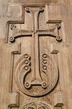 Croix en bois découpée sur une porte d'église Image libre de droits
