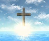 Croix en bois devant le soleil Image stock