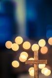 Croix en bois et lumières Defocused Photo stock